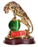 Золотой леопард на шаре