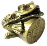 Трехлапая жаба с монетой счастья