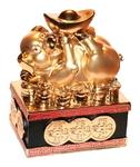 Золотая свинка со слитком золота