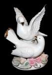 Два голубя на цветах (фарфор)