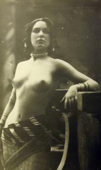 женщина, бусы, серьги, одежда