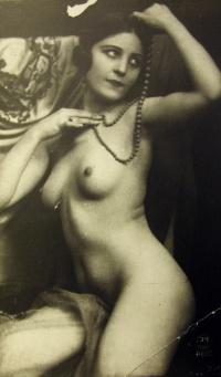 женщина, бусы, платок