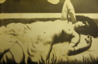женщина, кровать, серьги, браслет